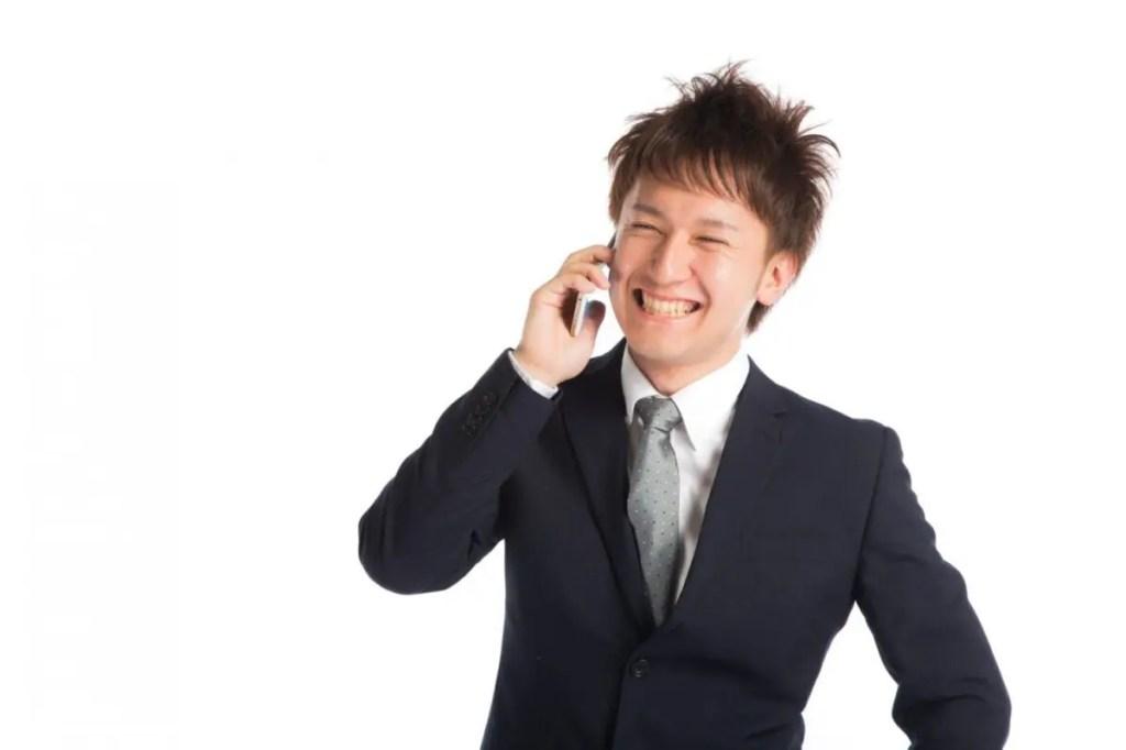 電話をかけるサラリーマン