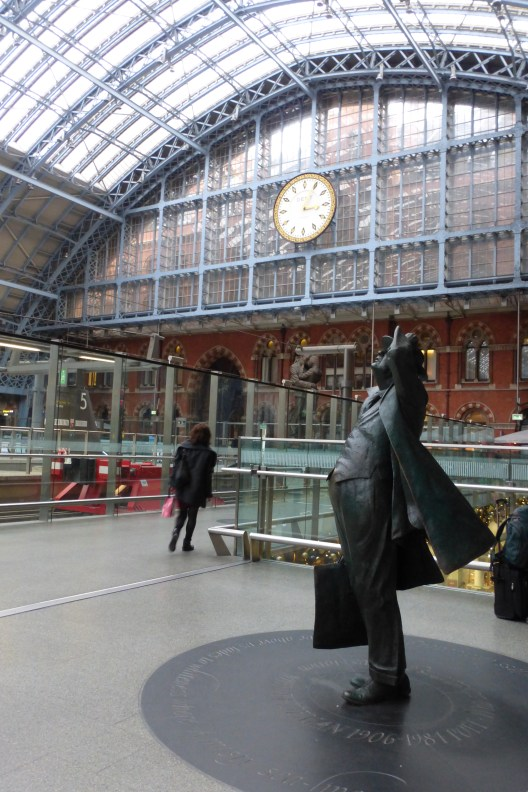 Statue of John Betjeman, one of the key figures to oppose the demolition of the station in the 1960s.