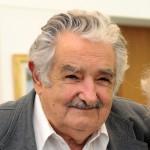 """MON12. MONTEVIDEO (URUGUAY), 11/02/2014.- Fotografía cedida por la Presidencia de Uruguay que muestra al presidente José Mujica mientras posa junto a la actriz estadounidense Glenn Close hoy, martes 11 de febrero de 2014, en la Torre Ejecutiva, en Montevideo (Uruguay). Close charló casi una hora con Mujica, a quien definió como """"un hombre maravilloso"""". EFE/Presidencia/SOLO USO EDITORIAL/NO VENTAS"""