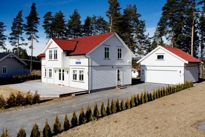 Nostalgisk bolig fra 2012 på flat tomt med gode solforhold og dobbel garasje med loft