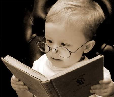 Bebé indagando en libros.