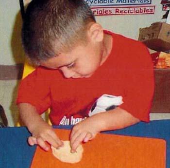 Niño jugando con plastilina