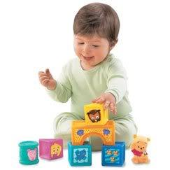 motricidad fina, bebé acomodando cubos
