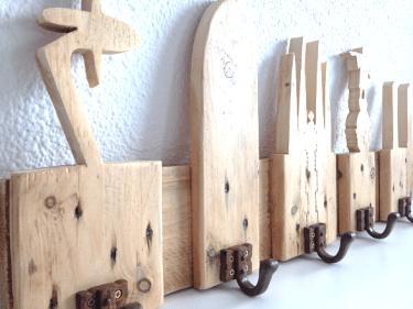 Detalle de perchero de madera BARCELONA