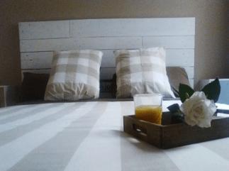 Cabecero de cama con listones de palet