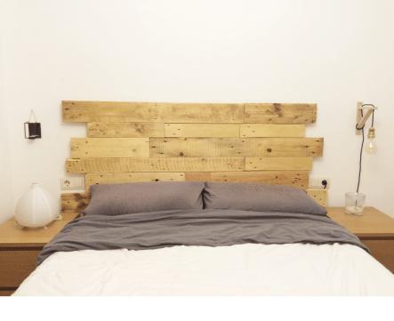 Cabecero de cama de listones de palet estilo collage irregular