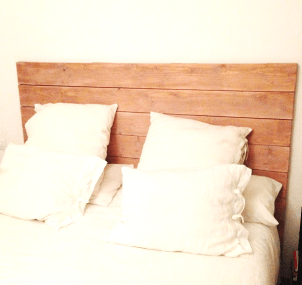 Cabecero de cama de listones de madera