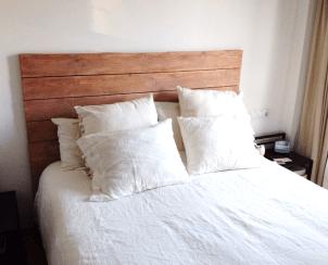 Cabecero de cama delistones de madera nueva de abeto