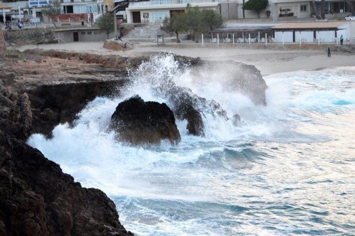 La borrasca 'Félix' mantiene este lunes en aviso a Baleares
