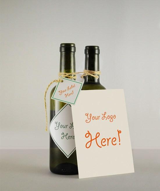 Botella de vino y tarjeta de felicitación MockUp por Victor Cazac