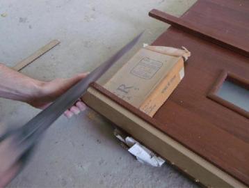 Чтобы не повредить коробку, резать следует ручной пилой
