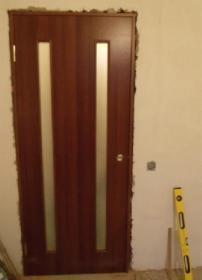 После крепления коробки шурупами дверь должна легко открывать и закрываться без перекосов