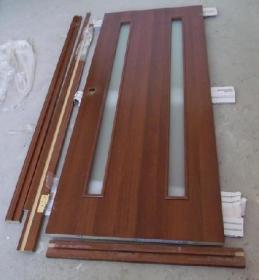 Дверная коробка без порожка и дверь перед монтажом