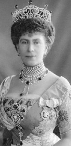 queen-mary-wearing-the-delhi-durbar-parure-stomacher-incorporating-the-cullinan-v-brooch-in-the-center