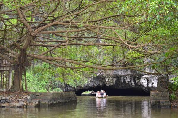 Lewat gua Tam Coc