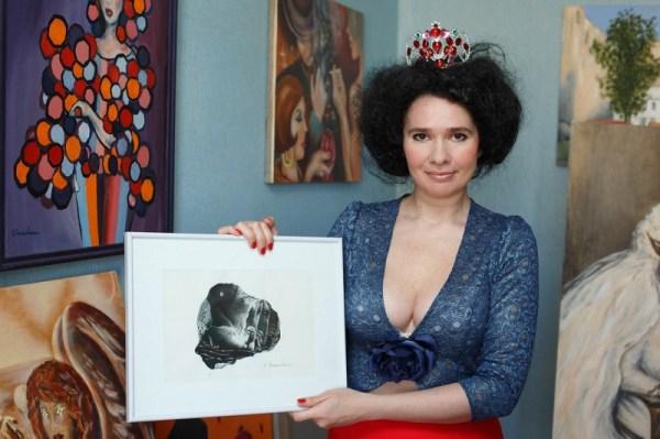 Художница из Петербурга показала как рисовала грудью