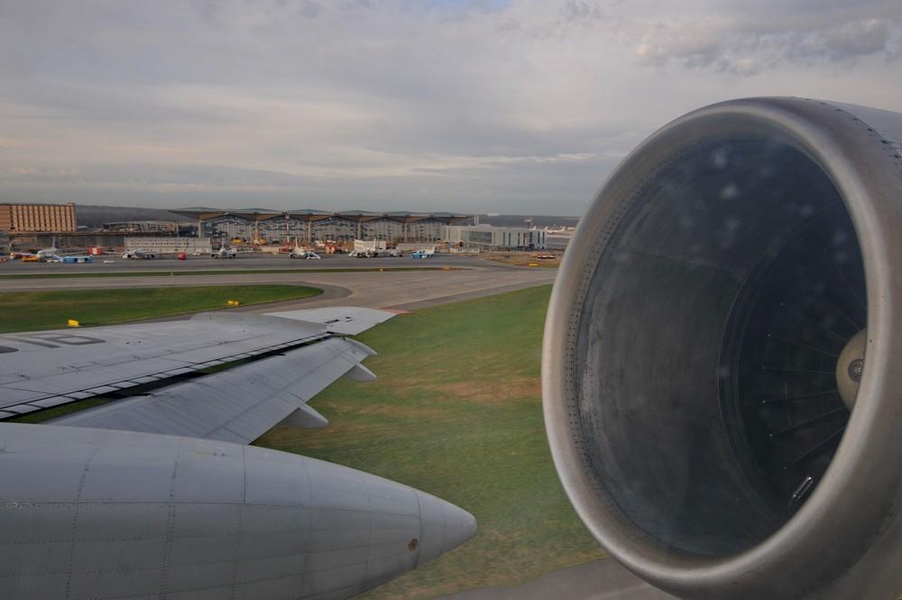 Ту-154. Вид на двигатель и новый терминал Пулково