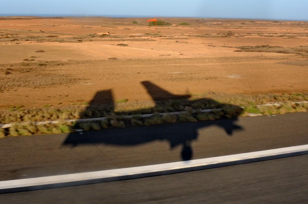 Тень Л-410 на взлетно-посадочной полосе