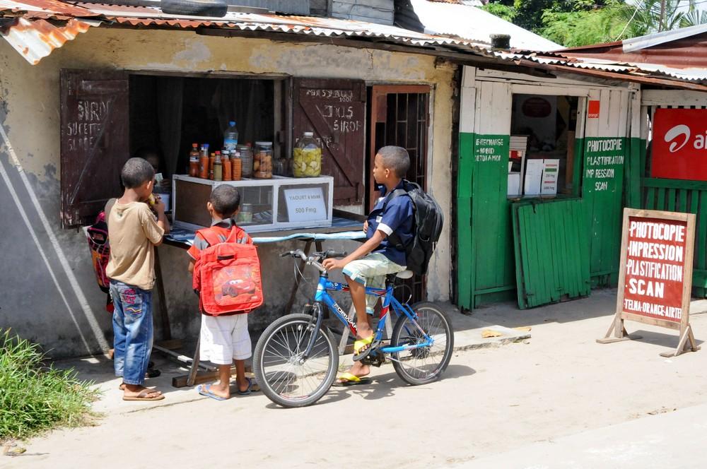 Ларек в Томасине, Мадагаскар. Дети