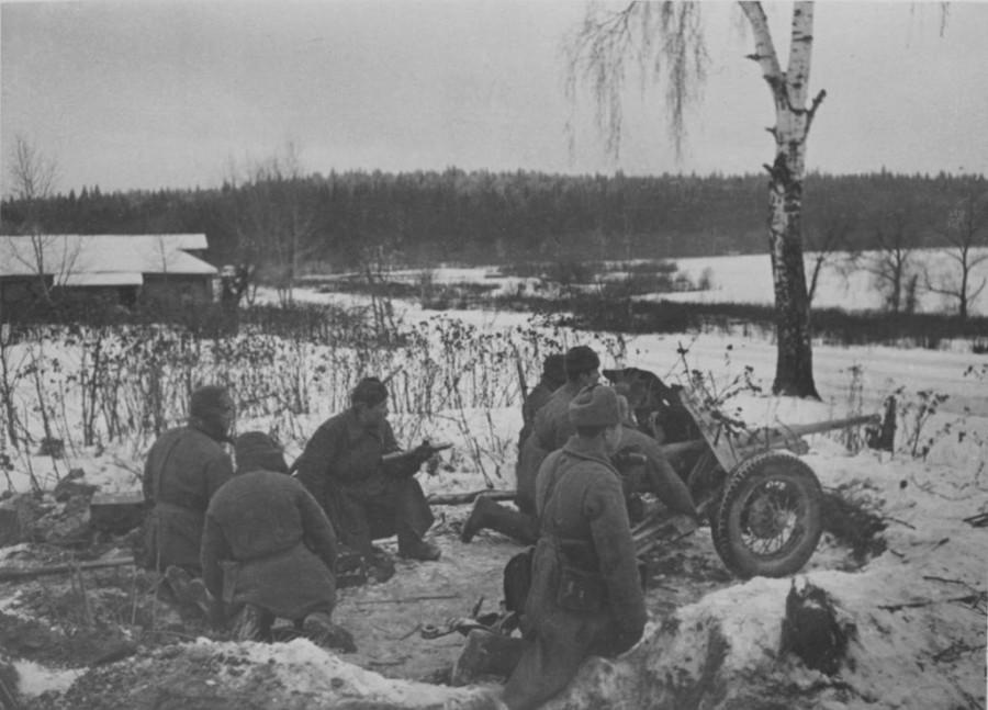 Soviet_artillerymen_with_53-K_artillery_gun