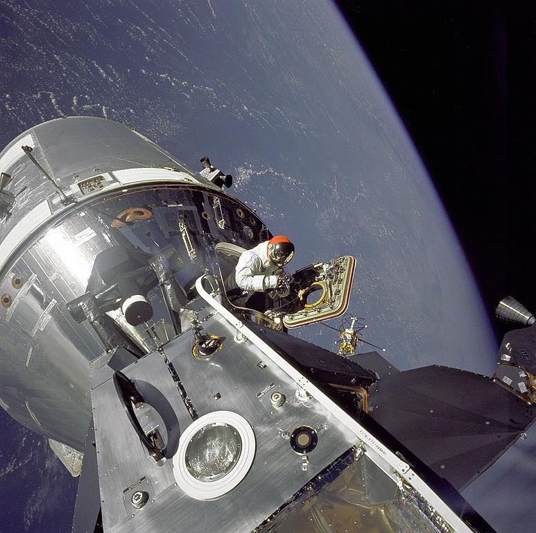 выход в открытый космос  при реализации программы Аполлон/реальные съёмки
