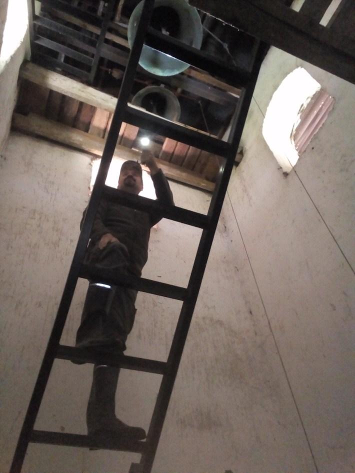 Фото 1. Андрій Башта досліджує навність кажанів під куполом храму