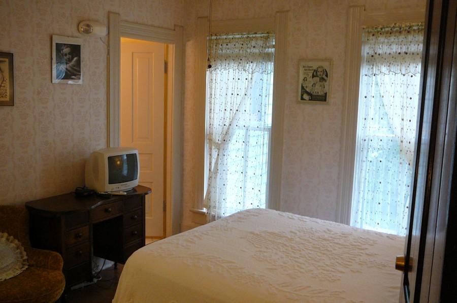 carole lombard house jane alice peters bedroom 00