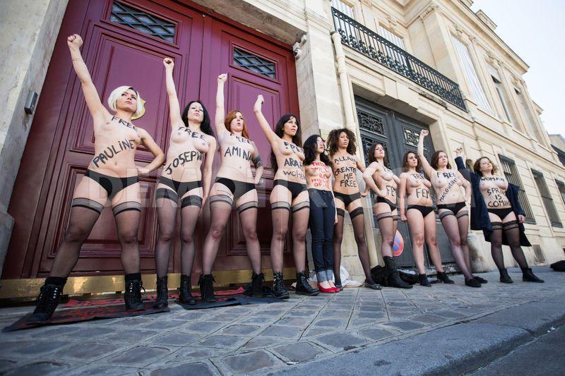 1370432641-topless-femen-with-aliaa-elmahdy-pray-for-jailed-activists-in-tunis_2121494