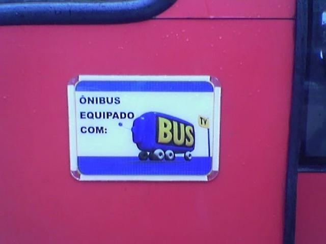 Placa que indica que o ônibus é equipado com BusTV