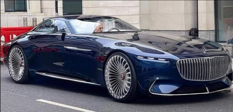 Michael Keaton sits in Bruce Wayne's Mercedes Benz on the London set of THE FLASH (2022)