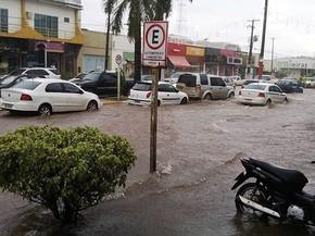 Ícaro indica melhorias para evitar inundação da Avenida Júlio Campos