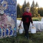 Casa decorada con murales de tapas de botellas