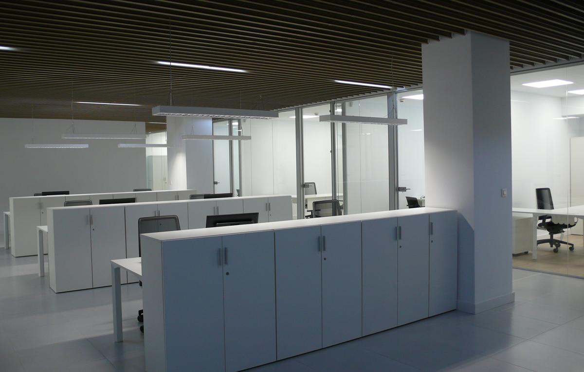 Mesas con armarios de oficina