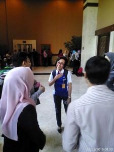 Gambar Ibu Ike Yulinda setelah keluar dari ruangan presentasi