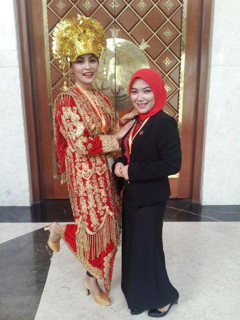 Ria Agnesia (berbaju khas Padang) bersama Puspita Sari dari BICARA 131, keduanya sesama orang Padang.