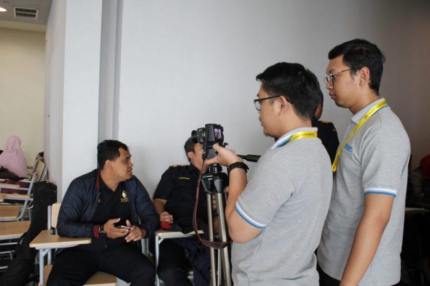 Aldy & Irfan Mengambil Gambar Salah Satu Smart Team