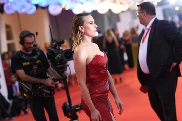 Scarlett Johansson lộ hình xăm khủng trên lưng - 6