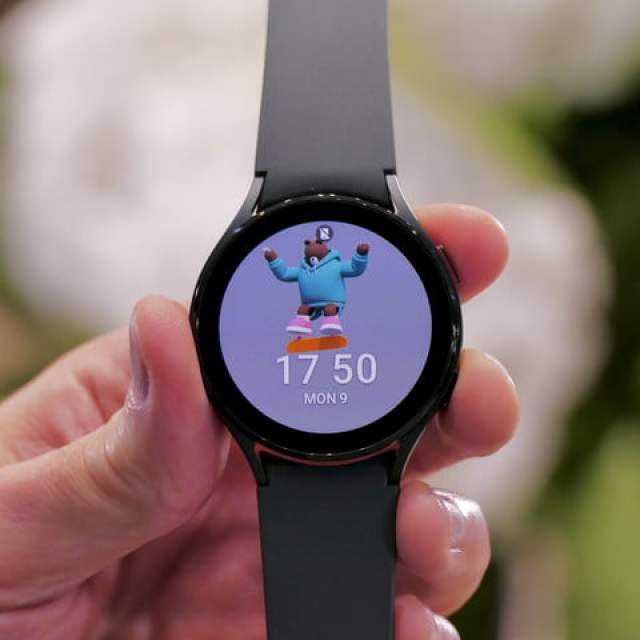 Galaxy Watch 4 screen from the front.