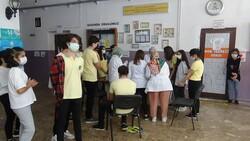 Diyarbakır'da öğrenciler aşı olmak için sıraya girdi