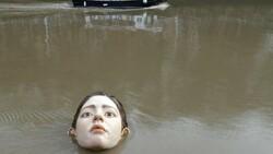 İspanya'da 'boğulan kadın heykeli' görenleri korkuttu
