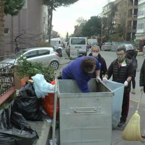 Maltepeli CHP'liler, belediyeye destek için çöp topladı