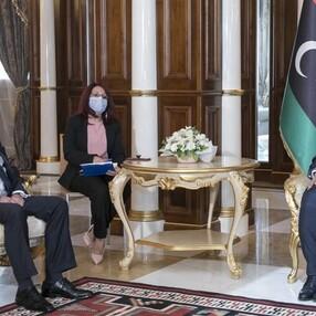 Muhammed Menfi'nin Türk büyükelçiyi kabulünde dikkat çeken görüntü