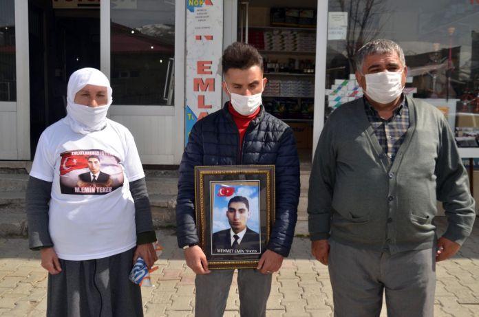 Muş taki ailelerin, HDP binası önündeki eylemleri sürüyor #1