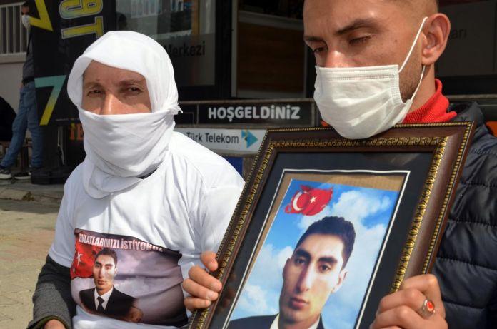 Muş taki ailelerin, HDP binası önündeki eylemleri sürüyor #3