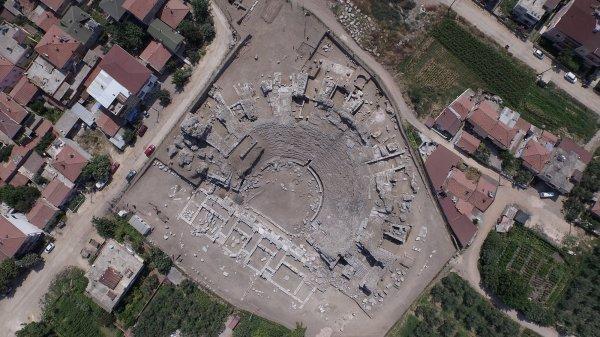 Tarihi Roma Tiyatrosu'ndan 2500 yıllık seramikler çıktı