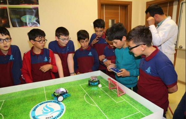 Öğrenciler dersi eğlenceli kılmak için robot tasarladılar