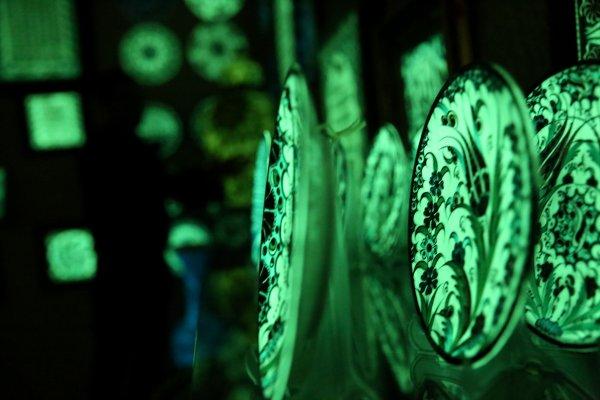 Karanlık ortamda ışık yayan tablo ve tabaklar yapıyor