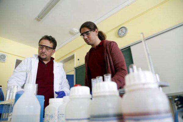 Liseli öğrencinin kimya başarısı
