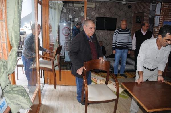Camileri kapalı Selanikli Türkler, lokalde namaz kılıyor