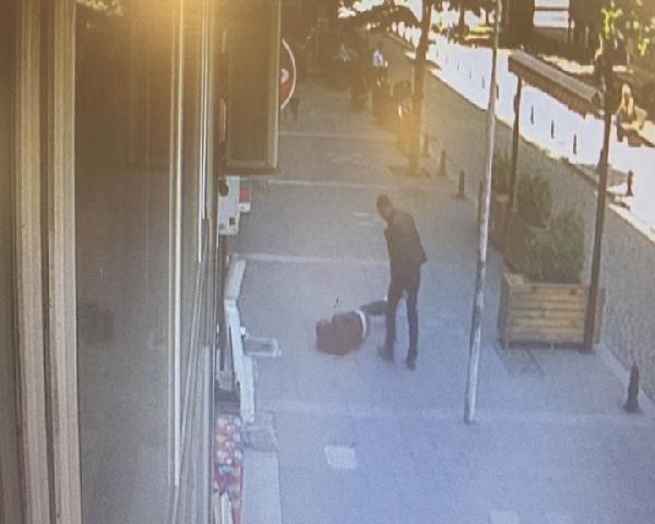 Sokak ortasında karısını döven kişiye uçan kafa attı